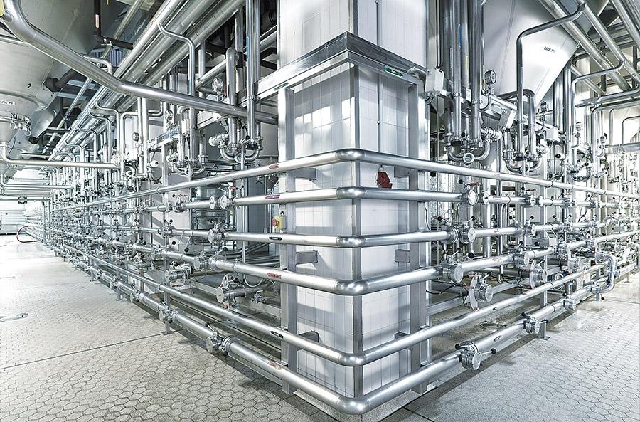 Provoz s obřími cylindrokónickými tanky, kde pivo kvasí a zraje.