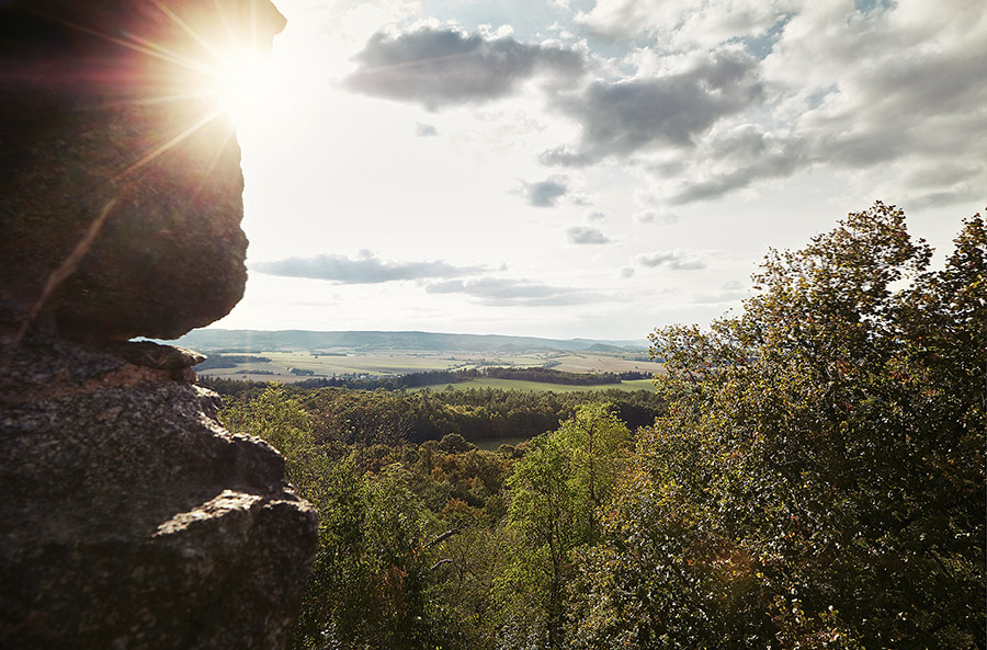 Výhled ze zříceniny hradu Petrohrad na úrodnou 'červenou zemi'. Přímo pod vámi je kraj Středočeský, dále nalevo Plzeňský, napravo Ústecký, v dáli Karlovarský.