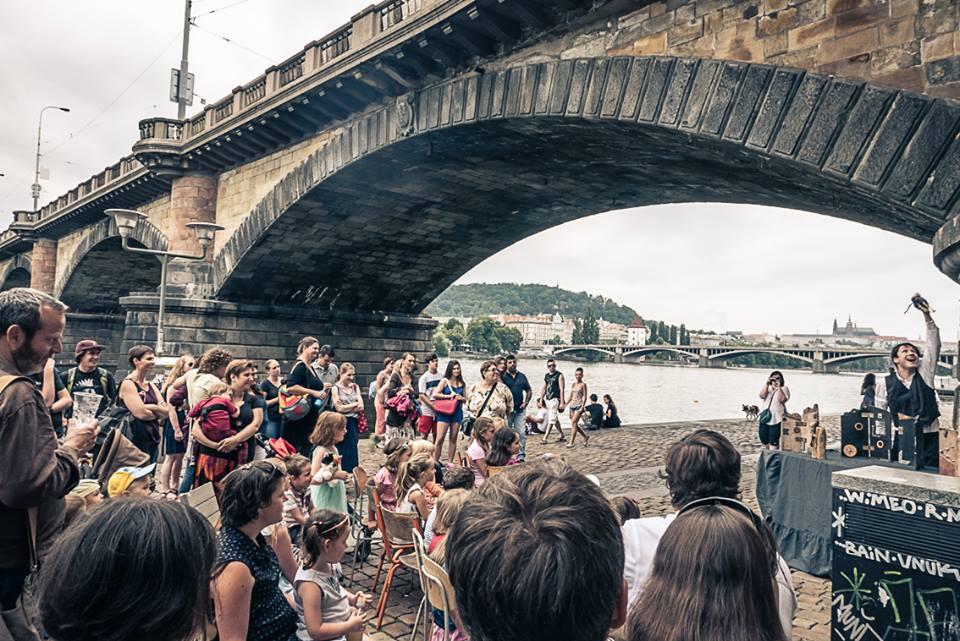 Místo hipsterů a podnapilé mládeže letos Rašínovo nábřeží zaplní bagry a řemeslníci.