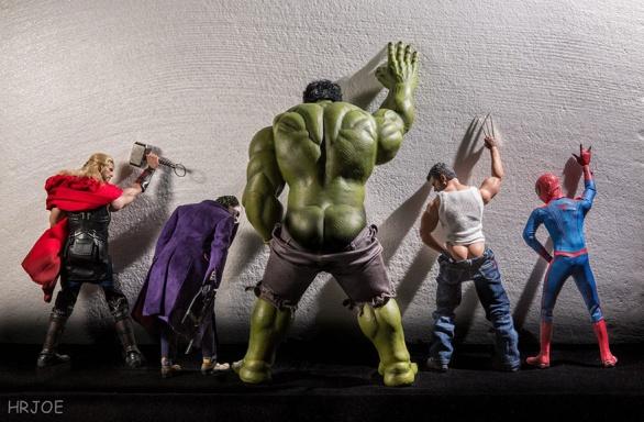Je prostě super si ulevit u zdi...Edy Hardjo je se svými superhrdinskými výjevy hvězdou internetu. Přitom původně plastové figurky ani moc nemusel. Poté, co se mu narodili dva synové, ohromila ho úroveň detailů u současné generace hraček.