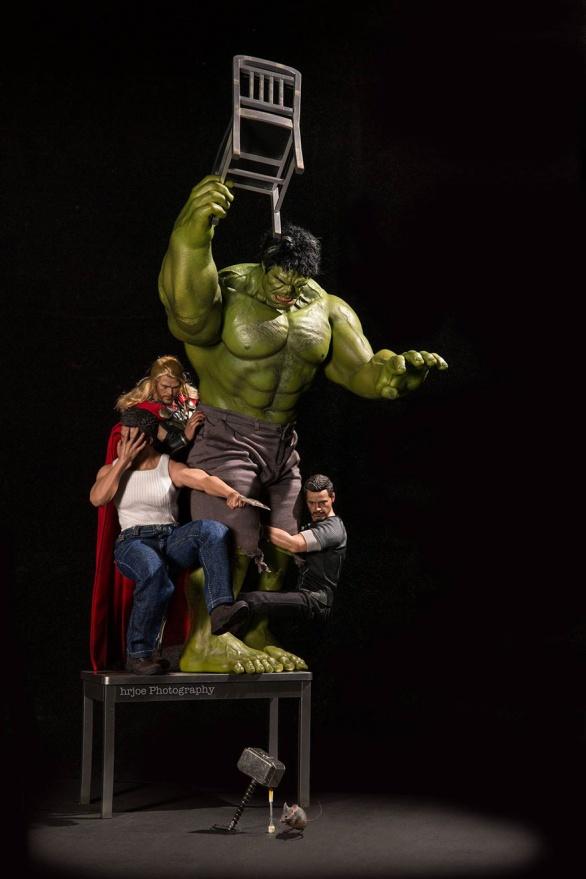 Pastička na myši? To kladivo jí určitě vyřídí, ale do té doby budou stát Avengers na židli. Pro jistotu. Všichni přece víme, čeho je taková myš schopná...