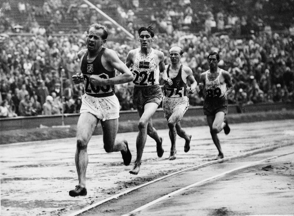 Emil Zátopek při běhu na 5000 metrů na olympiádě v Londýně (1948). Stíhá ho švédský atlet Erik Ahldén.