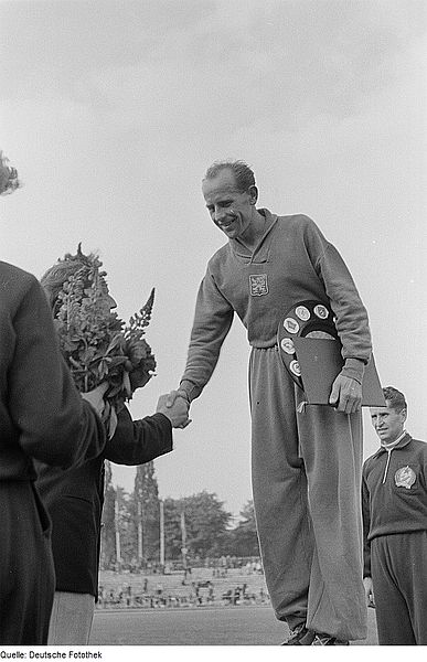 Emil Zátopek při slavnostním vyhlášení v roce 1951.