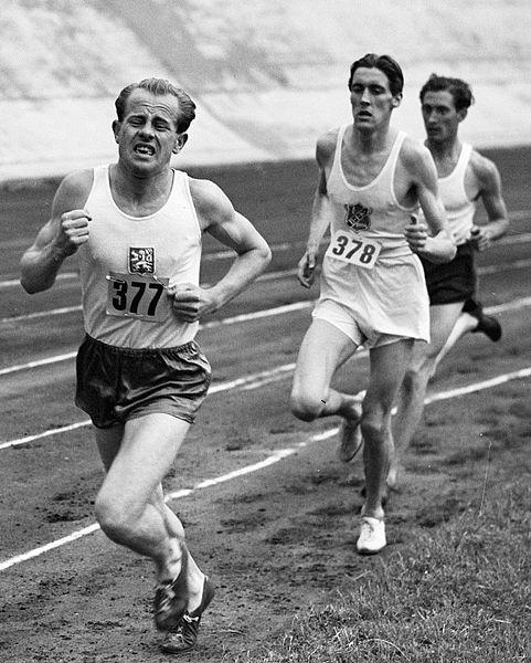 """Emil Zátopek během olympiády v Londýně (1948). """"Nebylo mi dáno běžet a usmívat se zároveň."""""""