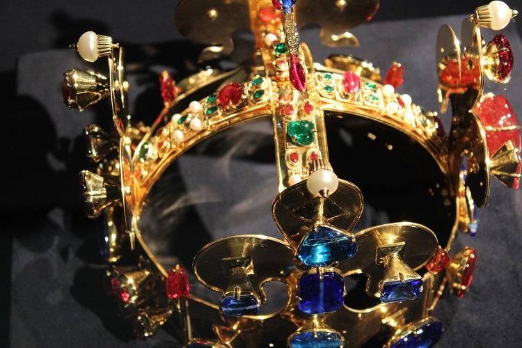 Detail repliky koruny při jedné z výstav.