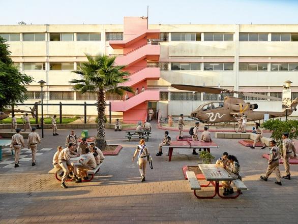 Vypadá to tu jako na vojně? Vždyť je taky tahle škola inkubátorem pro izraelské letectvo.