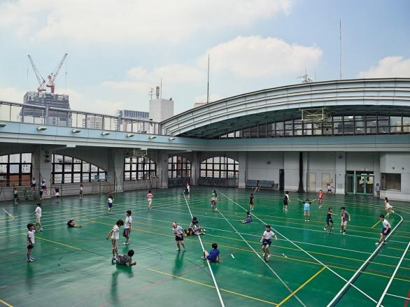 V Japonsku jsou pozemky drahé, a tak školy staví sportoviště na svých střechách. Takže bacha při fotbale, jinak pro míč poběžíte sedm pater dolů.