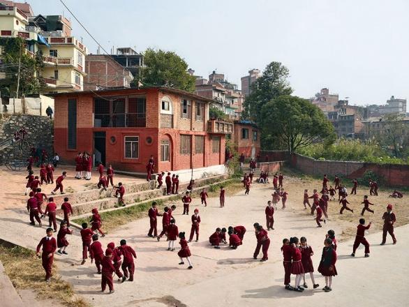 Nepál. Výrazné, až zdobné školní uniformy jsou v mnoha zemích naprostou nezbytností.