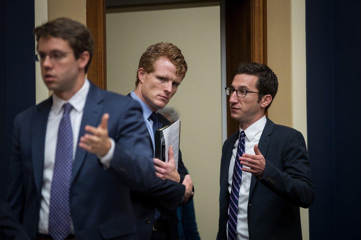 """Kennedy Trumpovu výzvu ke spolupráci komentoval s tím, že by Američané měli nastolenou éru """"chaosu a vypjatého stranictví"""" odmítnout."""