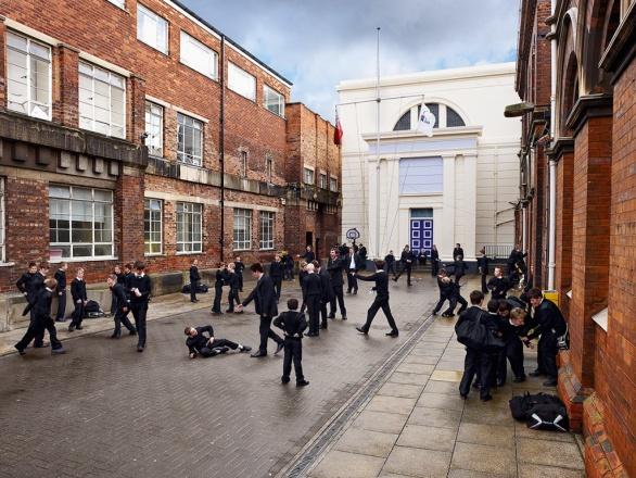 Velká Británie. Tradiční uniformy na námořní škole v Hullu.