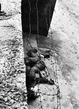 """Pomozte mi přece!"""" křičel postřelený Peter Fechter u Berlínské zdi. Pohraničníci ho nechali bez pomoci vykrvácet   Body_of_peter_fechter_lying_next_to_berlin_wall"""