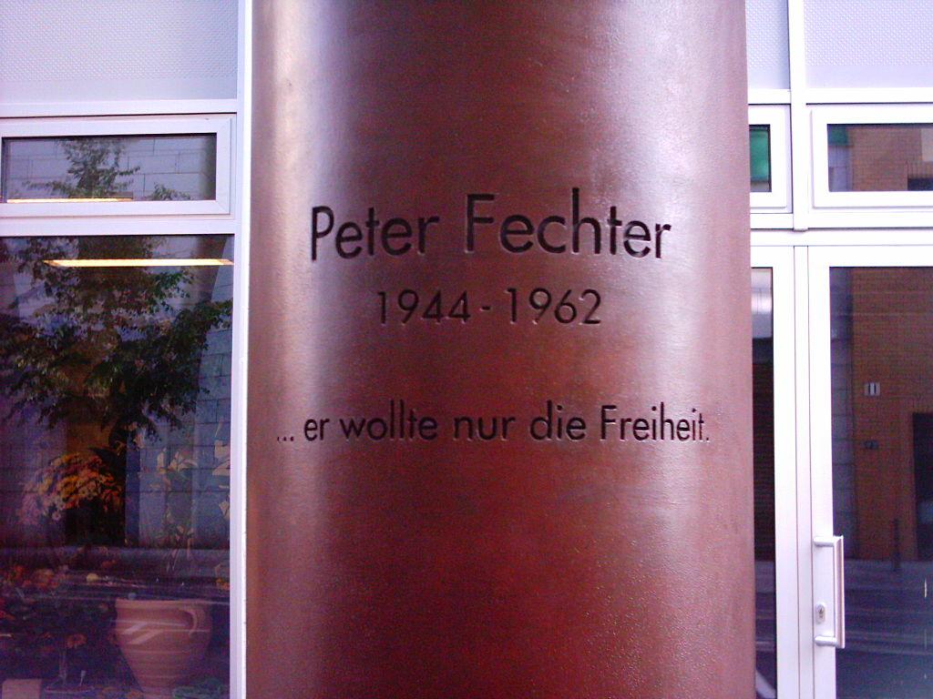 """Pomozte mi přece!"""" křičel postřelený Peter Fechter u Berlínské zdi. Pohraničníci ho nechali bez pomoci vykrvácet   Fechter_mahnmal_nah-vorderansicht"""