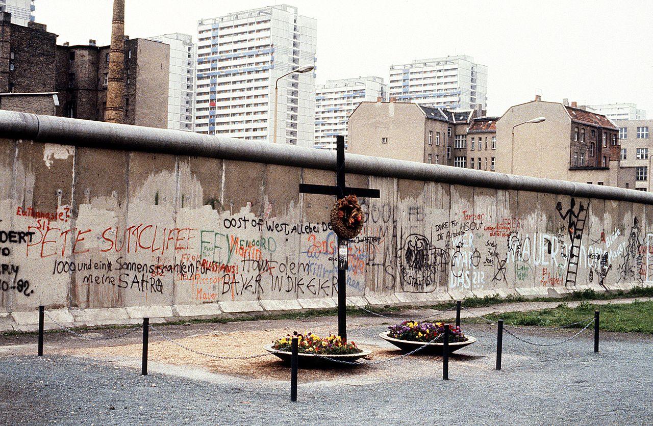 """Pomozte mi přece!"""" křičel postřelený Peter Fechter u Berlínské zdi. Pohraničníci ho nechali bez pomoci vykrvácet   Peter_fechter_berlin_wall_memorial_1"""