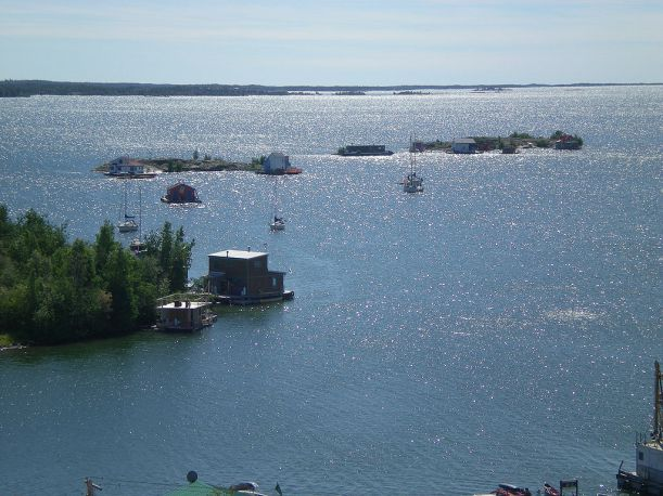 10-1024px-Yellowknife_houseboats