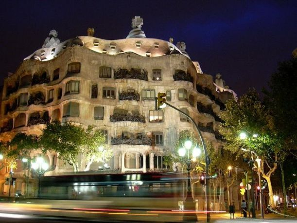 La-Pedrera-Barcelona-Spain-strangebuildings.com