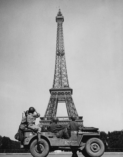 10American-soldiers-watch-the-French-flag-flying-on-the-Eiffel-Tower