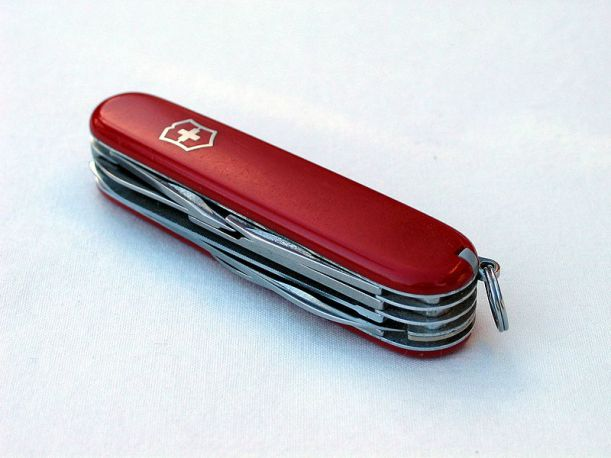 800px-Swiss_army_knife_closed_20050612