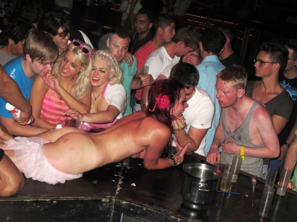 British_Tourists_drunk_naked-580x434