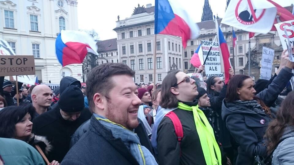 Tomio má rád plápolající české vlajky a přímou demokracii. Ještě že už na to zůstal sám.