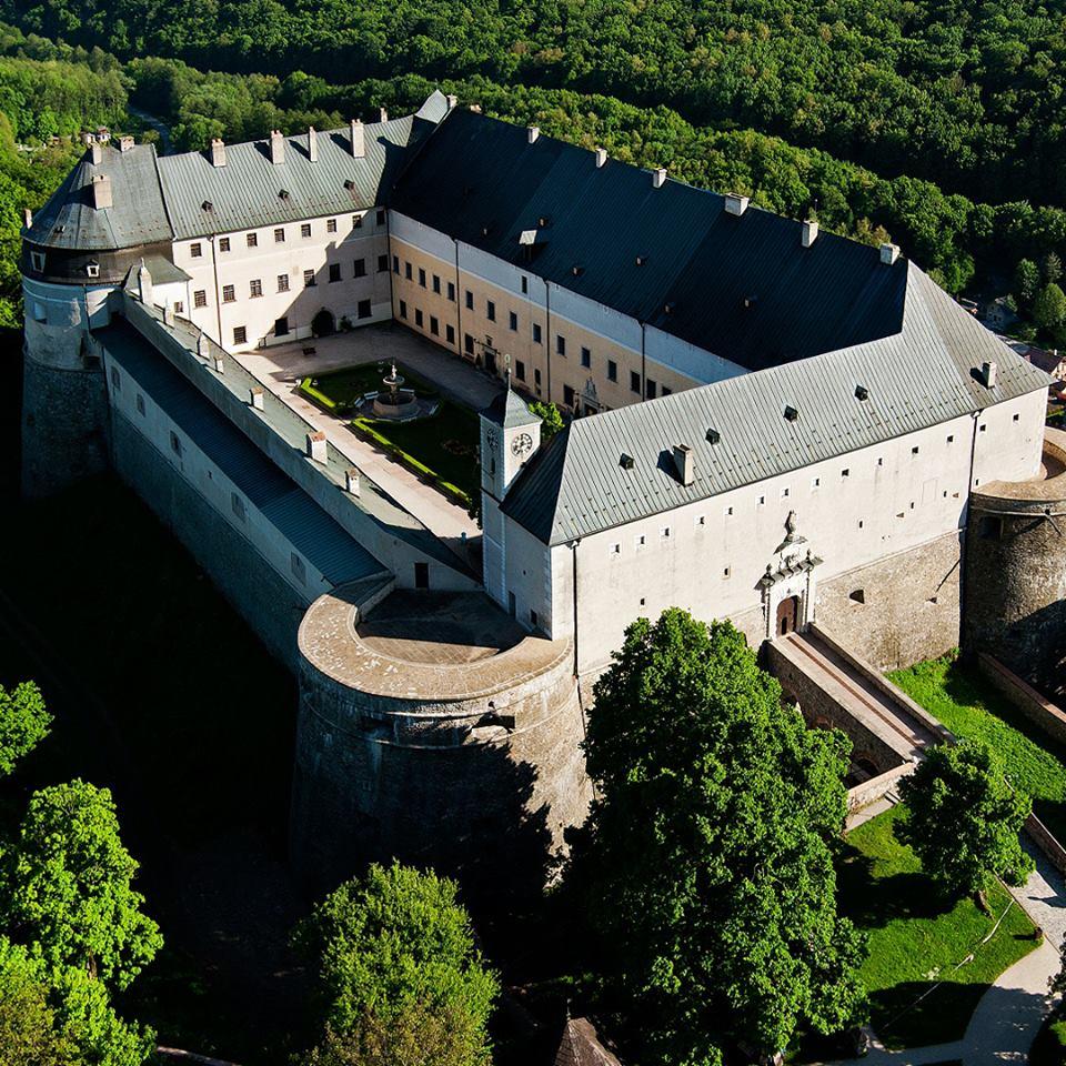 Malé Karpaty, to není jen příroda, ale i architektonické památky. Na fotografii je populární hrad Červený Kámen.