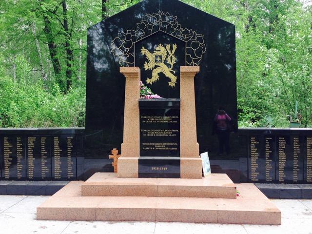 Pietně udržovaný pomník leginářům v Jekatěrinburgu