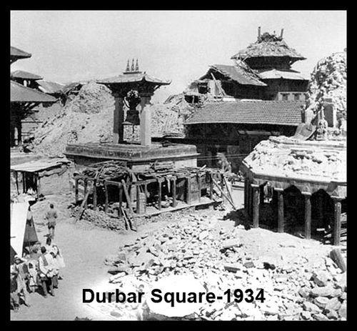To, co se stalo dnes, je děsivé, ale bylo to tu už mnohokrát. Na fotce je náměstí Durbar v centru Káthmandú zničené zemětřesením před osmdesáti lety