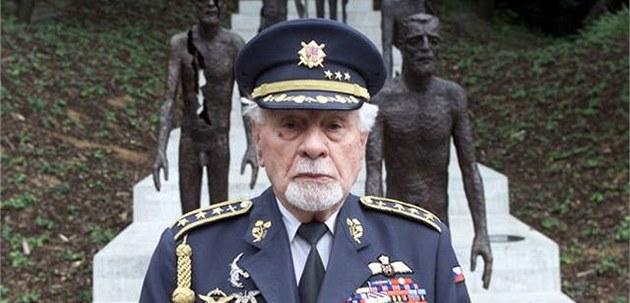 Fajtl u památníků obětem komunismu. Sám hrdinný letec byl jednou z nich.