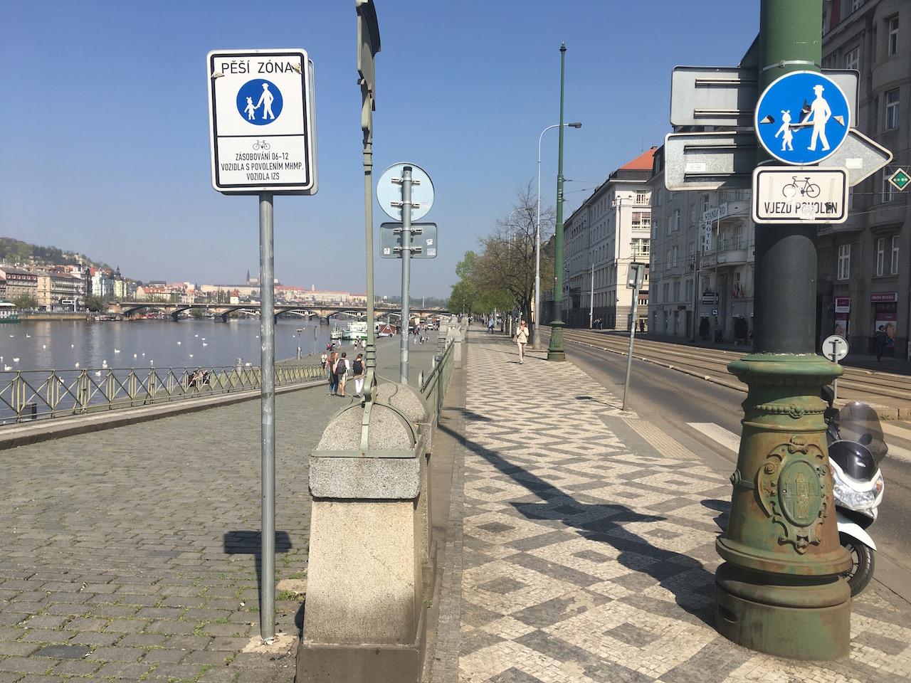 Náplavka u Výtoně. Nahoře je chodník, dole pěší zóna, obojí s pouze povoleným vjezdem cyklistů. Chodci tu mají přednost a cyklisté je nesmějí ohrozit. Což často nerespektují.