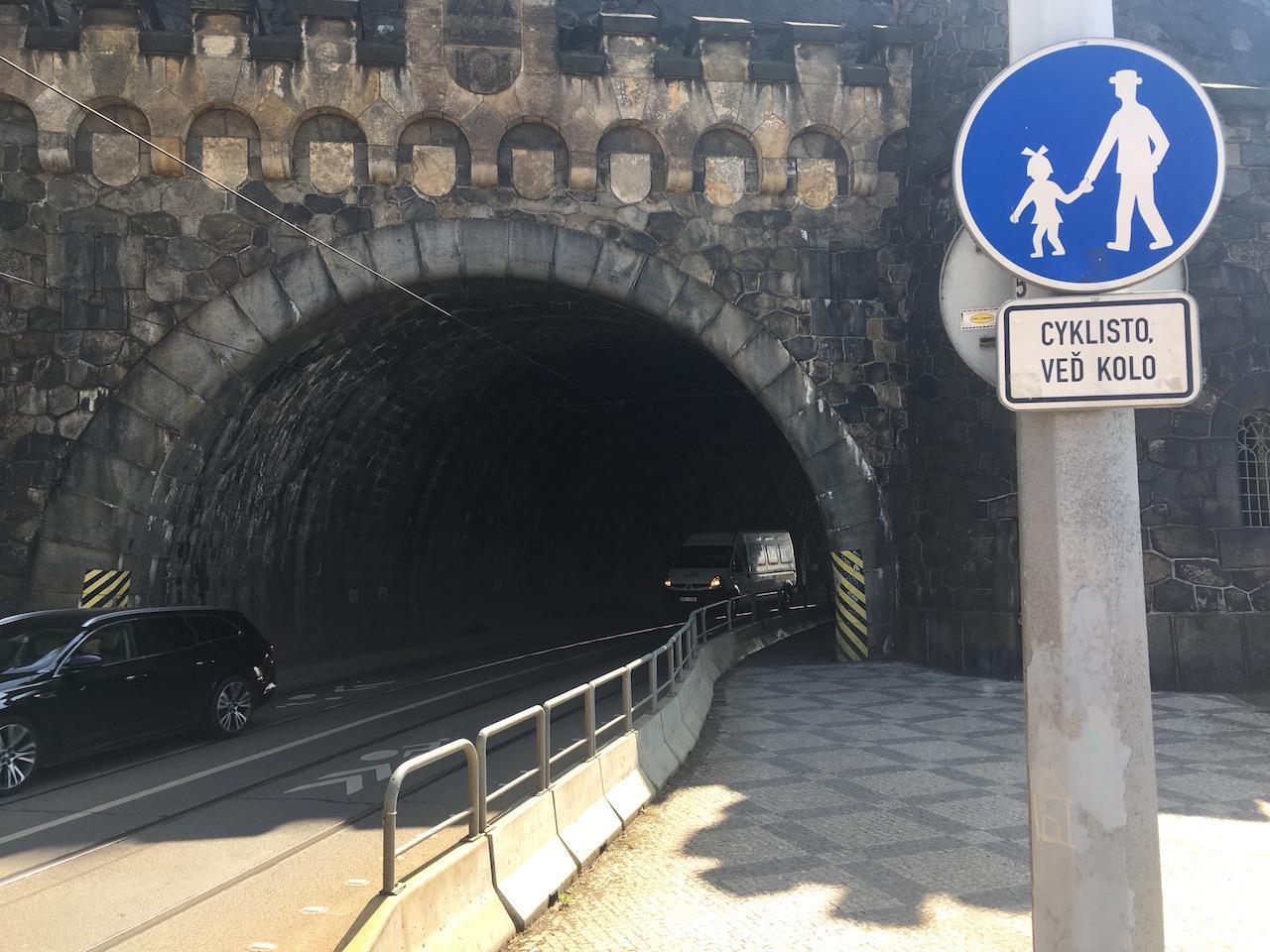 Vyšehradským tunelem smějí cyklisté procházet jen pěšky a vést kolo. Myslíte, že to dodržují?