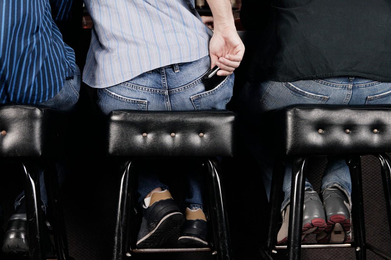 Ilustrační foto mužů vyzývavě sedících na baru