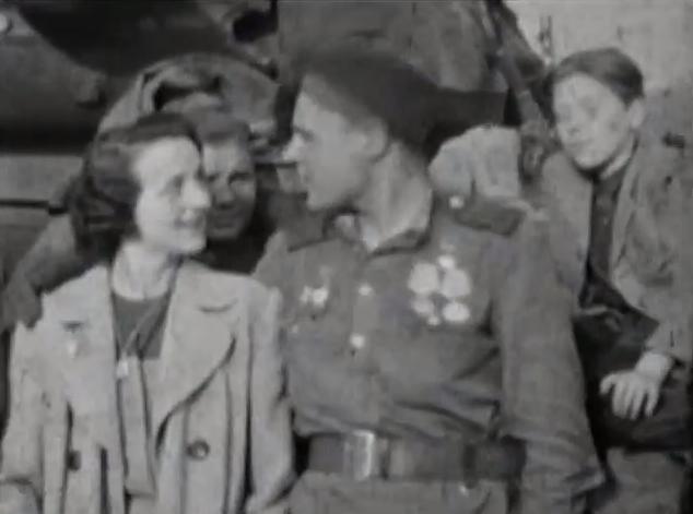 Sovětský voják z pražskou dívkou 9. května 1945 na pražské Bořislavce