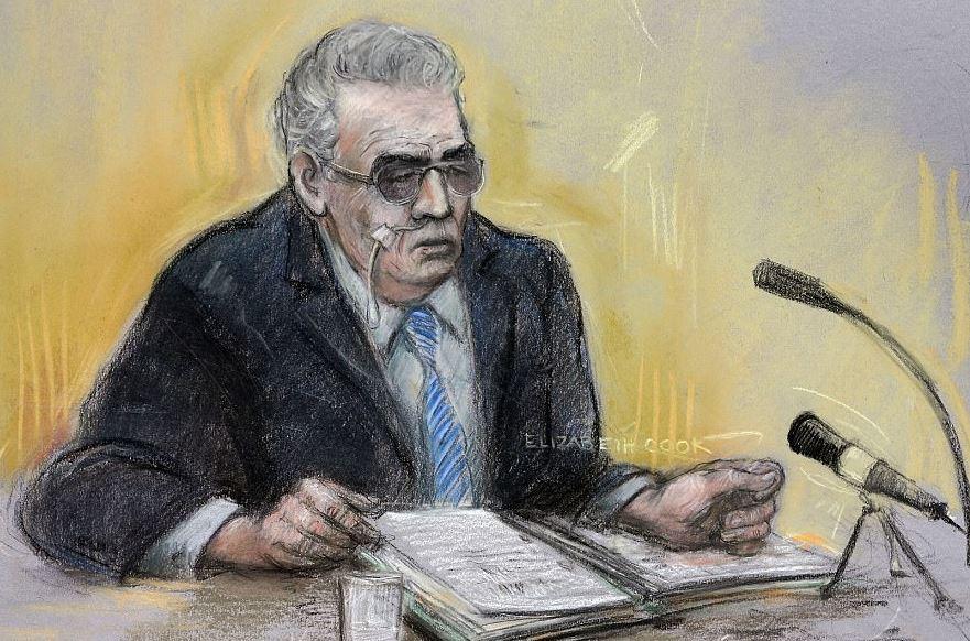Již těžce nemocný Brady na soudní kresbě během výslechu v roce 2013. Místo, kam ukryl tělo Keitha Bennetta, nikdy neprozradil.