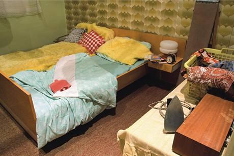 Ložnice pouze na spaní byla v panelákovém bytě vzácností, jak dokládá žehlení vpravo dole. Manželské lože tvořily zhusta dvě válendy sražené k sobě. Válendě rozměrů king size se začalo říkat letiště a tento pojem přetrvává dodnes.