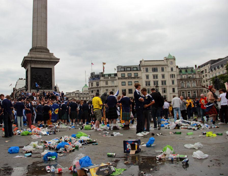 """Skotové sice před válkou neutíkají, ale zastavili se během výletu na fotbal na Trafalgarském náměstí. A kdo ctí """"západní hodnoty"""", jim přece nemůže říci ani popel."""