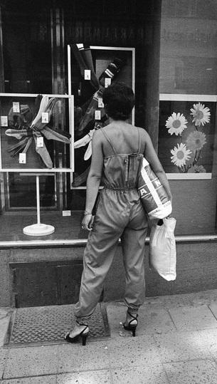 Zákaznice si prohlíží výlohu brněnského obchodu s punčochami v roce 1981