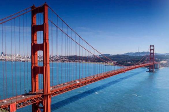 5a85c976169 Svůj život skončil Roy Raymond na pokraji bankrotu skokem z mostu Golden  Gate Bridge.