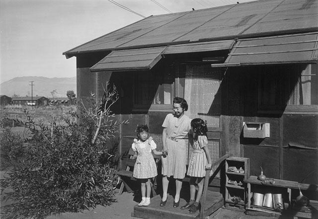 Paní Naguči se svými dvěma dcerkami