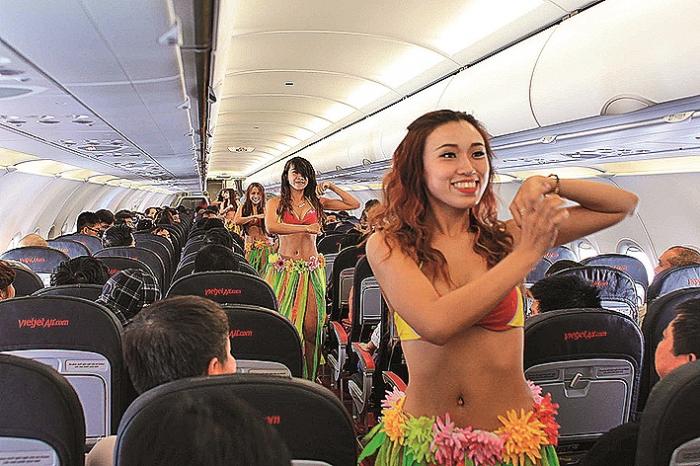 """Vietnam Airlines dostaly za přehlídku letušek v bikinách mastnou pokutu, ale počet zákazníků po tomto """"incidentu"""" rapidně vzrostl."""