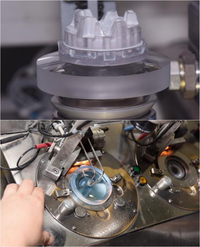 Existují dvě metody blokace – (nahoře) pomocí laku vytvrzovaného UV zářením nebo (dole) pomocí fólie ze speciální slitiny kovů s nízkým bodem tání.