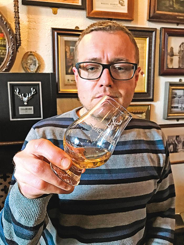 Whisky se zhodnotí pohledem, zakrouží se s ní ve sklence a po malých doušcích se usrkává.