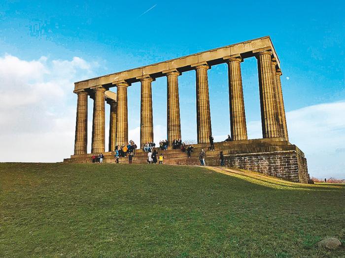 """Skotský národní památník na Calton Hill dostal kdysi přezdívku """"Ostuda Edinburghu"""""""