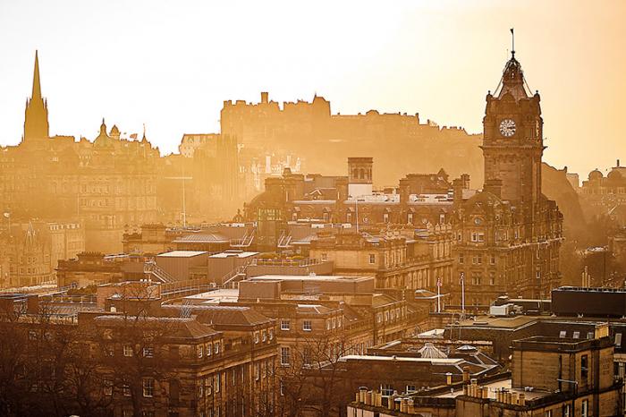 Nejkrásnější pohled na srdce Edinburghu s hodinovou věží hotelu Balmoral a hradem se vám naskytne z kopce Calton Hill.