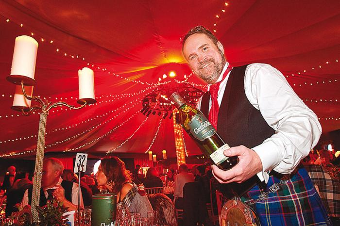 Václav Rout, který provozuje pražský klub Whisky and Kilt, ve skotském hávu na Noci Roberta Burnse.