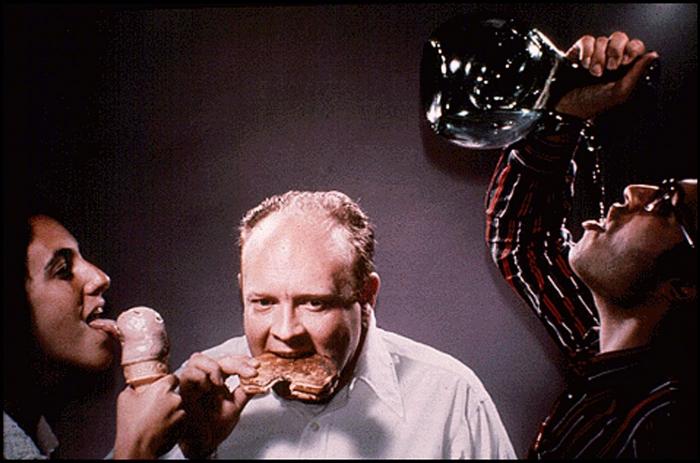 Jedna z fotek poslaných do vesmíru: lízání, jezení, pití – tři nejběžnější způsoby konzumace poživatin, alespoň tedy v druhé polovině 70. let 20. století