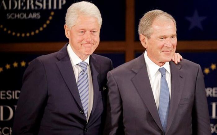 Jako prezidenti měli jen málo společného. Nyní Billa Clintona a George Bushe ml. spojuje nevraživost vůči Donaldu Trumpovi.