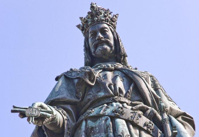 Socha Karla IV. poblíž Karlova mostu. Dočkáme se toho, že politicky korektní aktivisté budou požadovat její stržení?