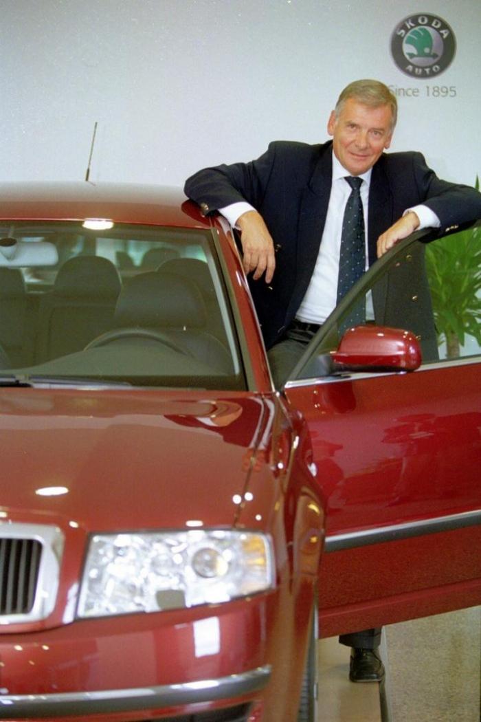 Kulhánek jako bývalý generální ředitel Škoda Auto a Škodovka prý patří k sobě. Zda je to vhodné deklarovat nabídkou auta za hlas, ponecháme na vkusu každého voliče.