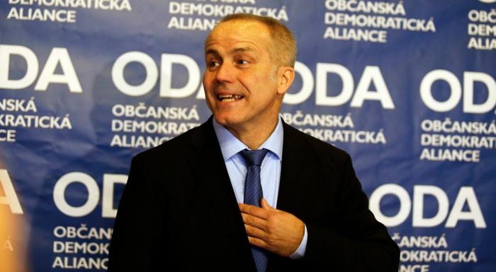 Předseda ODA Pavel Sehnal se ocitá v nelehké stiuaci. Nejprve mu stranu zdiskreditovali Plavec s Oganesjanem, nyní jí na důvěryhodnosti nepřidají odpadlíci od ČSSD.