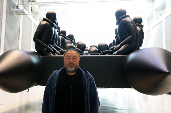 Aj Wej-wej je člověk s vizáží dobráka, kterému byste dali pětikorunu. V Národní galerii mu těch pětikorun budete muset dát padesát.