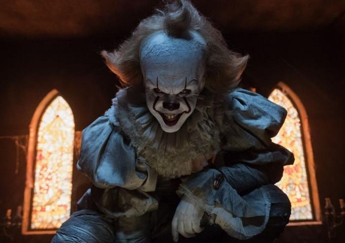 Filmový horor To, který právě běží v kinech, je novou adaptací románu Stephena Kinga. Rozhodně se vyplatí na něj jít.